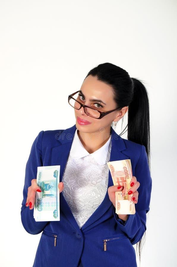 La belle fille tient l'argent dans des mains image stock