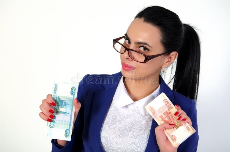 La belle fille tient l'argent dans des mains photographie stock