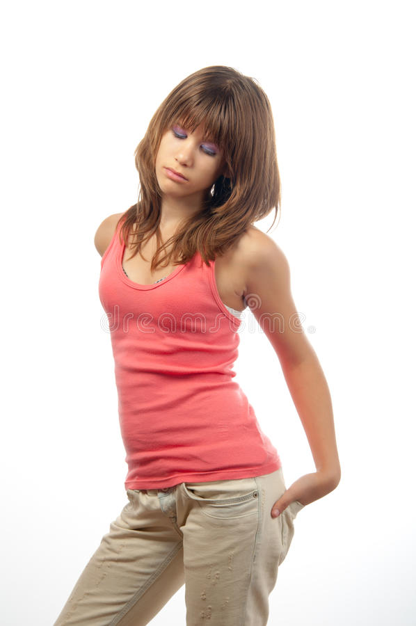 Adolescent magnifique brune posant seins