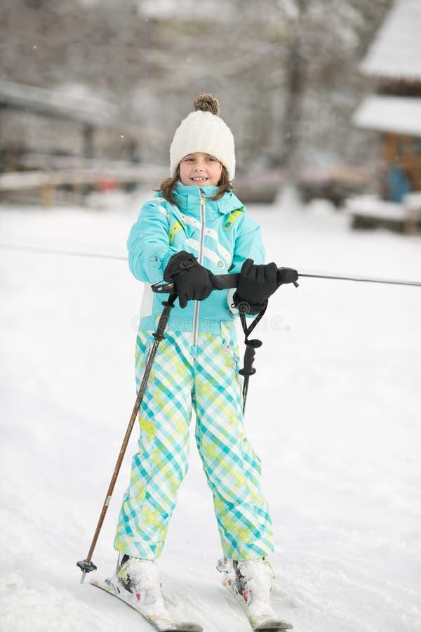 La belle fille va chercher une commande pendant l'hiver sur des skis image libre de droits