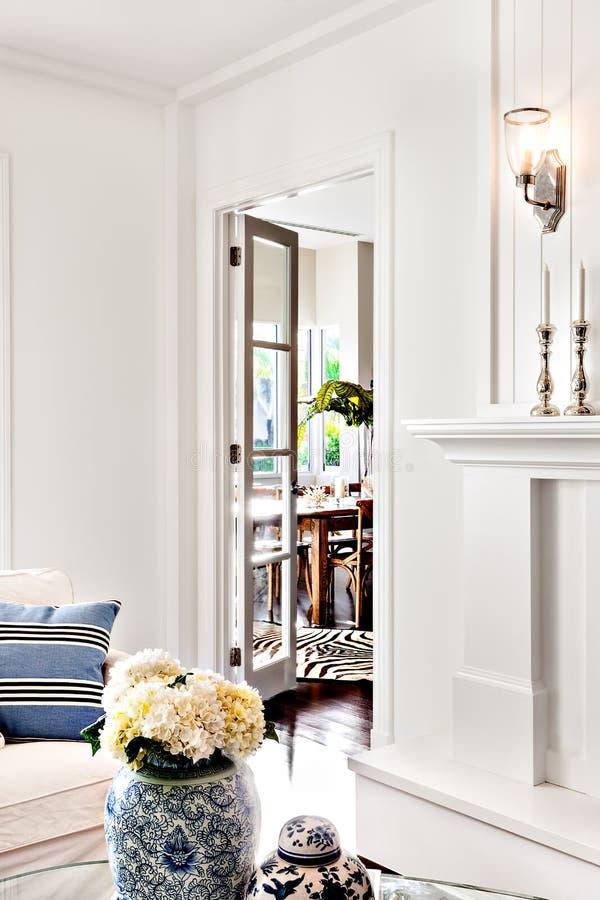 La belle fleur blanche dans le vase a gardé sur la table de la maison de luxe photo libre de droits