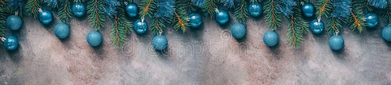 La belle frontière de Noël, branches de sapin a décoré les boules et la tresse bleues sur un fond rustique texturisé foncé Vue su images libres de droits