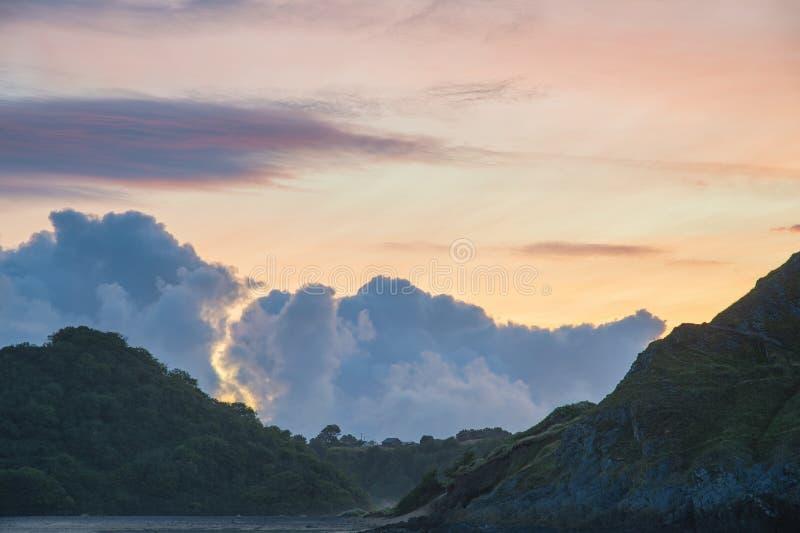 La belle image colorée de paysage de lever de soleil d'été de trois falaises aboient au sud du pays de Galles image stock
