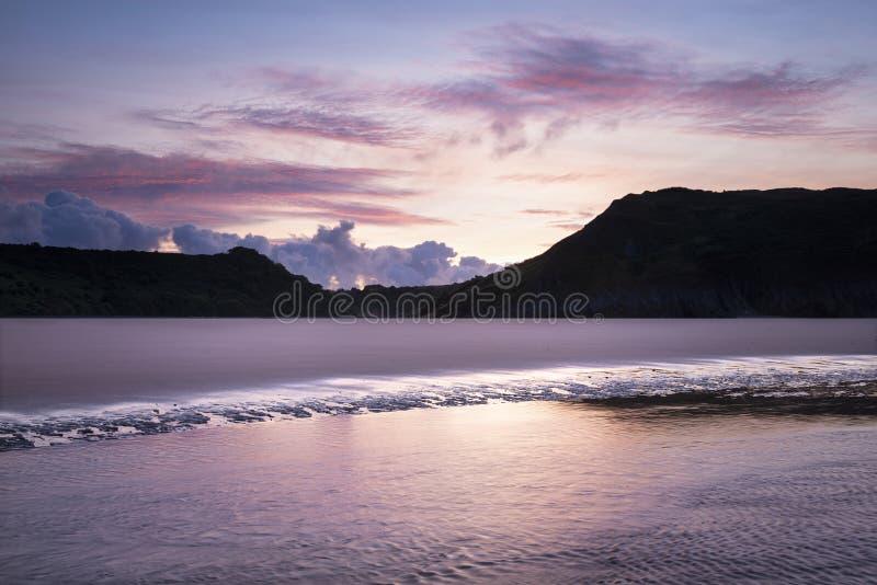 La belle image colorée de paysage de lever de soleil d'été de trois falaises aboient au sud du pays de Galles photo libre de droits