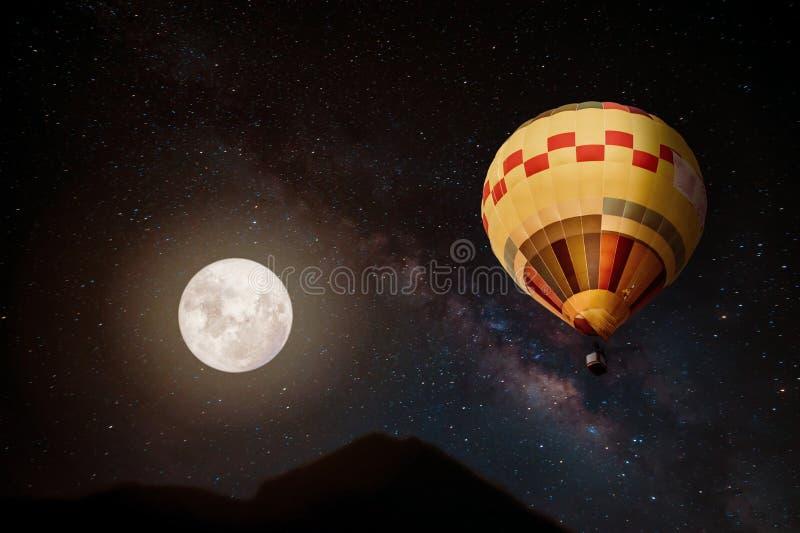 La belle imagination du ballon à air chaud et la pleine lune avec la manière laiteuse se tiennent le premier rôle à l'arrière-pla images stock