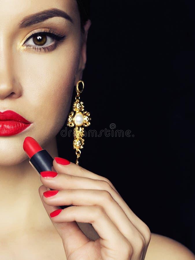 La belle jeune dame appliquent le rouge à lèvres rouge photo libre de droits