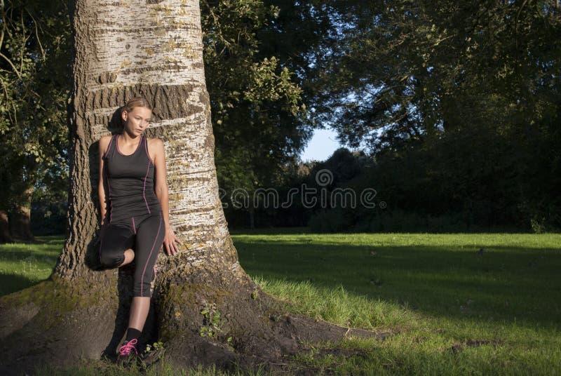 La belle jeune femme adulte sportive fait une pause pendant l'exercice extérieur photo stock