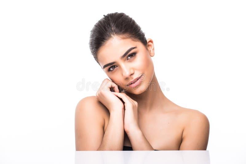 La belle jeune femme avec le contact frais propre de peau possèdent le visage Traitement facial Cosmétologie, beauté et station t images libres de droits