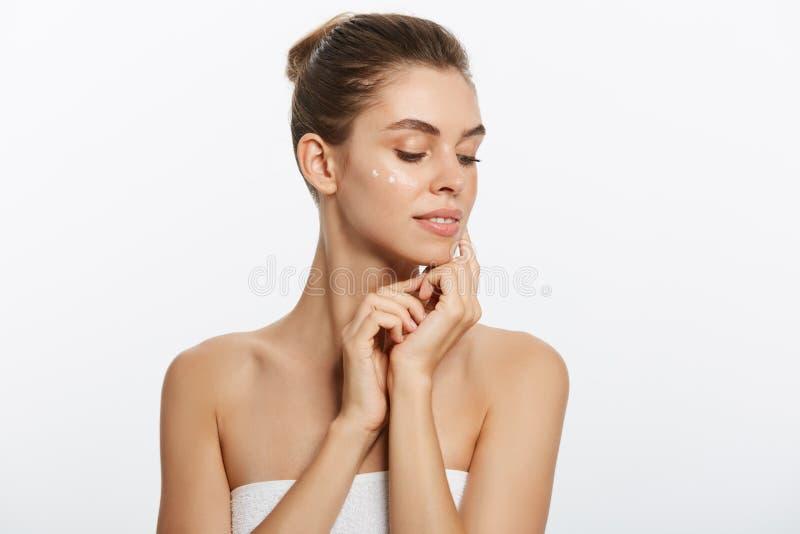 La belle jeune femme avec la peau fraîche propre regardent loin Soin de visage de beauté de fille Traitement facial Cosmétologie, images libres de droits