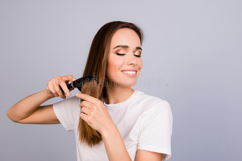 La belle jeune femme d'une chevelure brune dans le T-shirt blanc occasionnel est bru photo stock