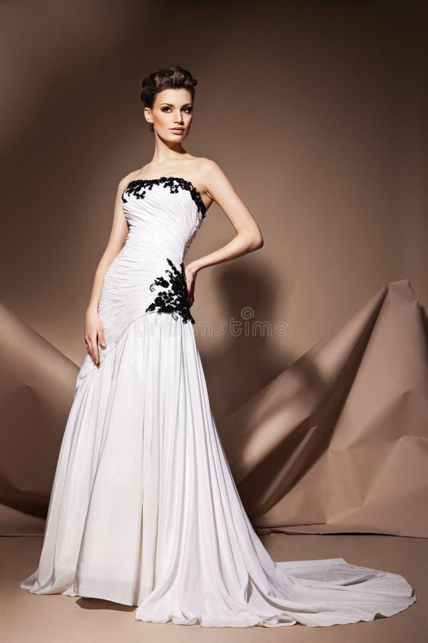 La belle jeune femme dans une robe de mariage image stock