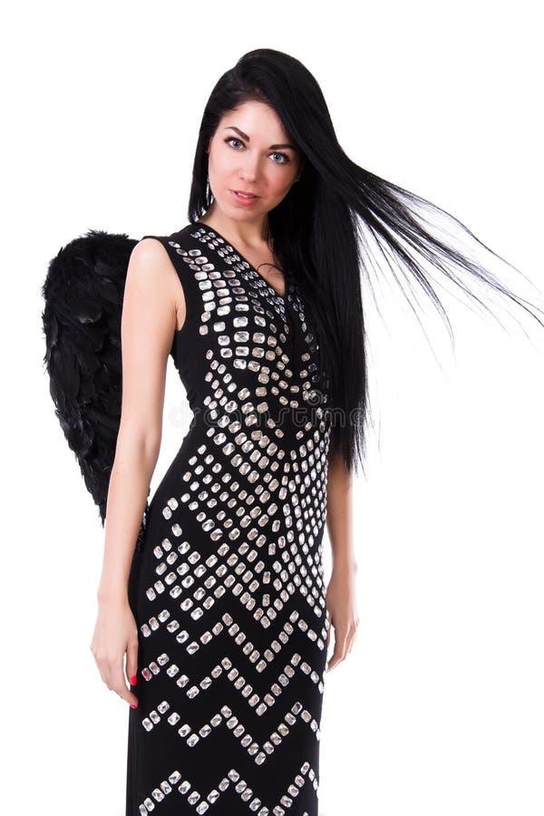 La belle jeune femme dans une robe noire avec l'ange noir s'envole photographie stock