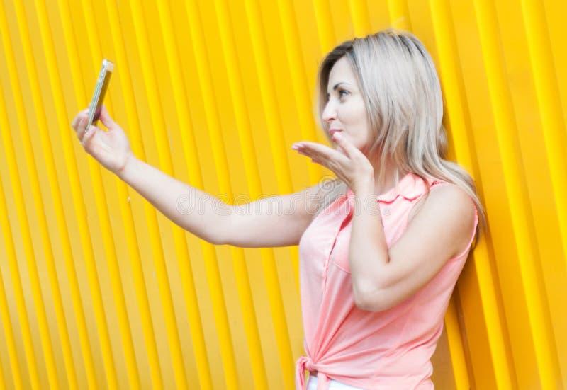 La belle jeune femme fait le selfie photographie stock