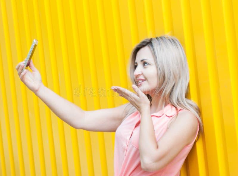 La belle jeune femme fait le selfie photo libre de droits