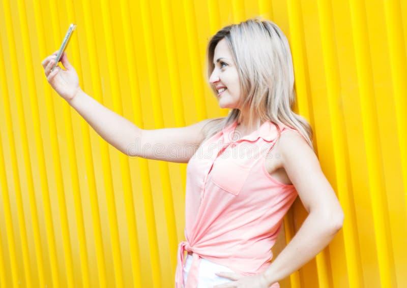 La belle jeune femme fait le selfie photo stock