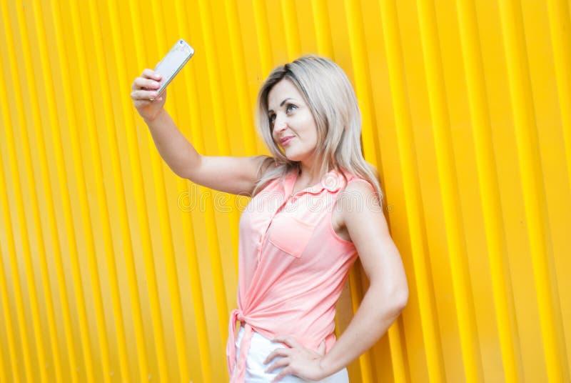 La belle jeune femme fait le selfie image stock