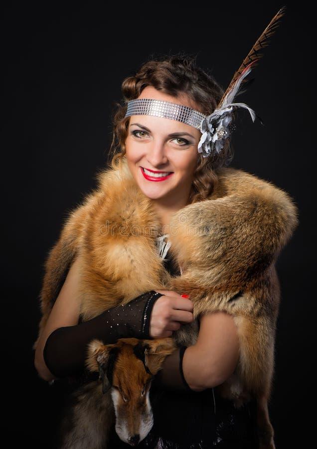 La belle jeune femme a pris à refuge une peau de renard dans le style de Chicago photos libres de droits