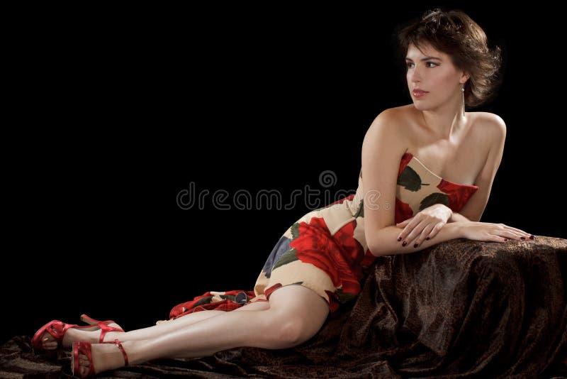 La belle jeune femme repose dans la robe sans bretelles photos libres de droits