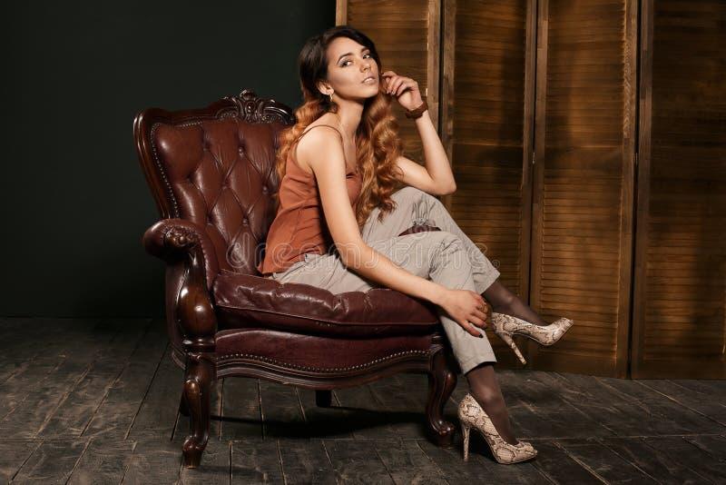 La belle jeune femme sexy de brune avec le long chiffre mince mince corps parfait et joli visage de cheveux onduleux préparent po image stock