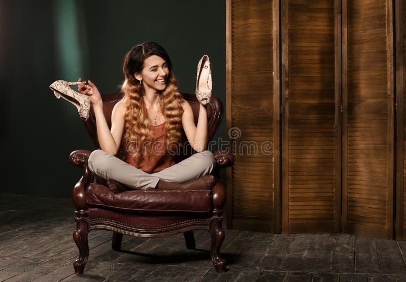 La belle jeune femme sexy de brune avec le long chiffre mince mince corps parfait et joli visage de cheveux onduleux préparent po photographie stock libre de droits