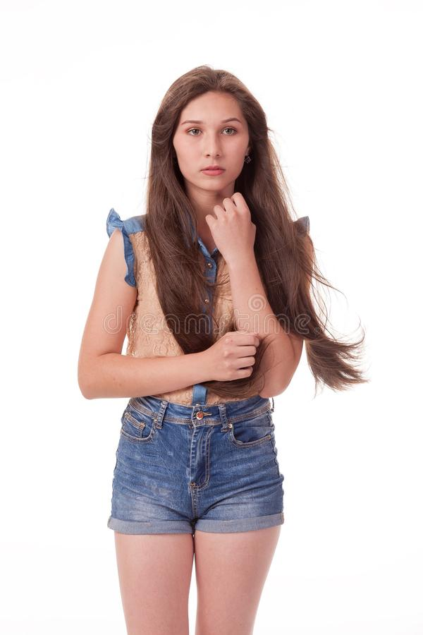 La belle jeune fille avec de longs cheveux montre l'attention, choquée Photographie sur un fond blanc images libres de droits
