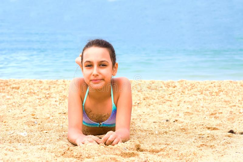 La belle jeune fille d'adolescent apprécient la plage de mer d'été image stock