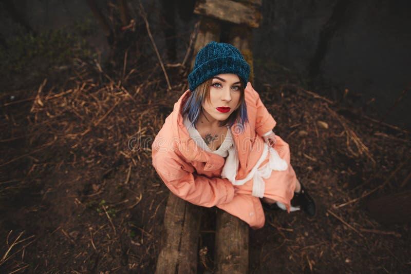 La belle jeune fille est repos, se reposant sur un petit pont en bois images libres de droits