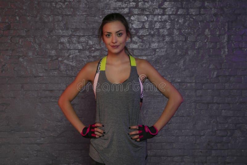 La belle jeune fille montre son corps après des exercices, photo conceptuelle de mode de vie sain et sport photos stock