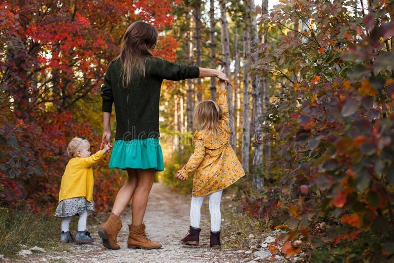 La belle jeune mère et sa petite la fille marchant en été se garent Femme et fille mignonne d'enfant passant le temps ensemble photo libre de droits