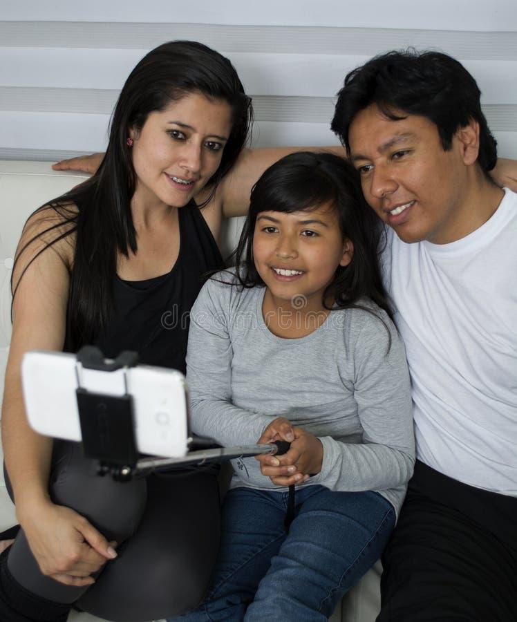 La belle jeune mère, le père et leur fille font le sel photos stock