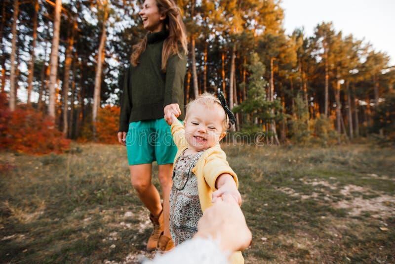 La belle jeune m?re et sa petite la fille marchant en ?t? se garent Femme et fille mignonne d'enfant passant le temps ensemble photos stock