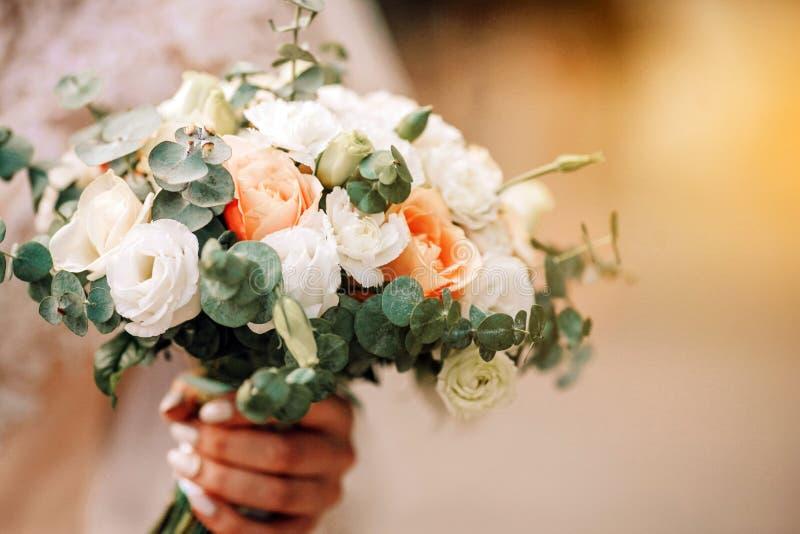 La belle jeune mari?e tient un bouquet color? de mariage Beaut? des fleurs color?es Groupe en gros plan de fleurons images stock