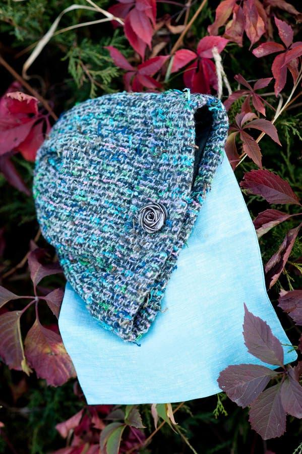 La belle laine chaude des femmes a tricoté le chapeau avec une écharpe tirée dans la lumière naturelle photo stock