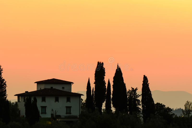 La belle maison toscane de maison était perché sur un flanc de coteau en Toscane image libre de droits