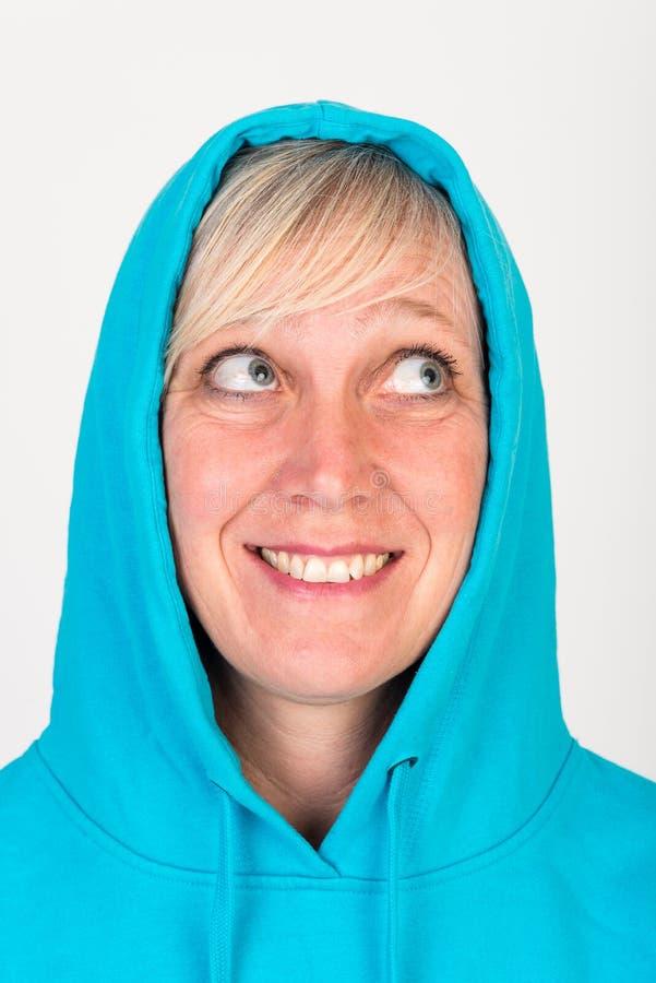 La belle mi femme âgée européenne avec les cheveux blonds s'est habillée dans a photos libres de droits