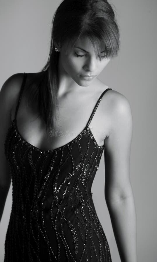 La belle mode a tiré de la dame hispanique dans le noir image libre de droits