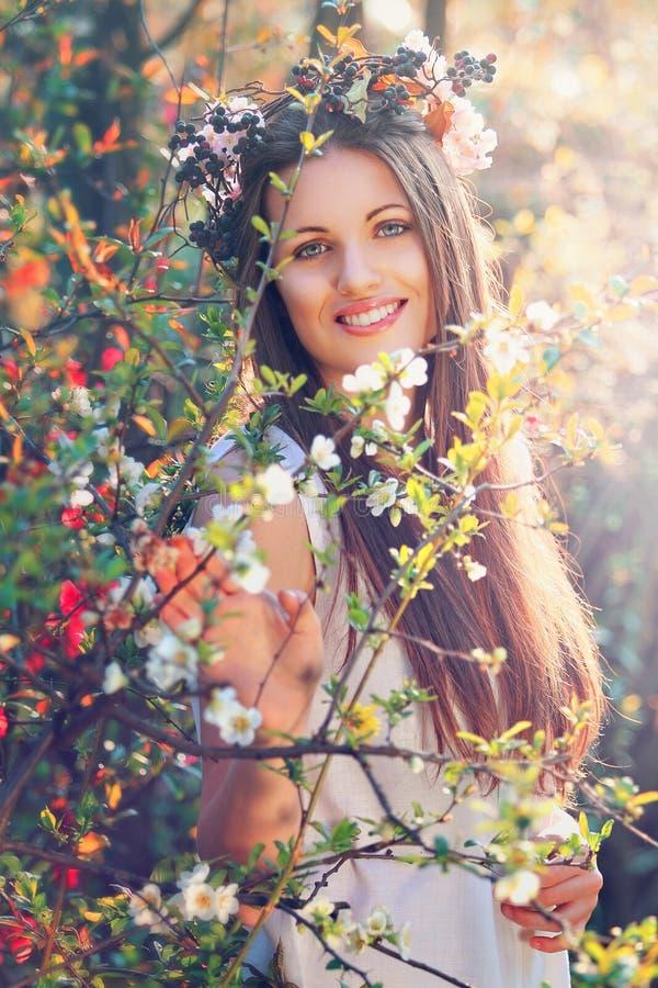 La belle nymphe de fleur sourit avec la belle expression image stock