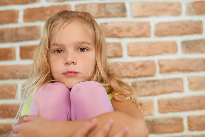 La belle petite fille est triste images stock