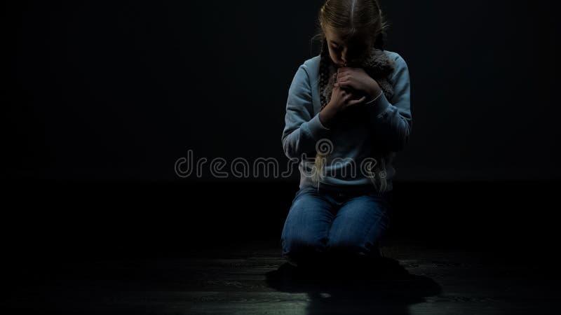 La belle petite fille prenant et ?treignant l'ours de nounours, enfant seul a besoin d'ami photos stock