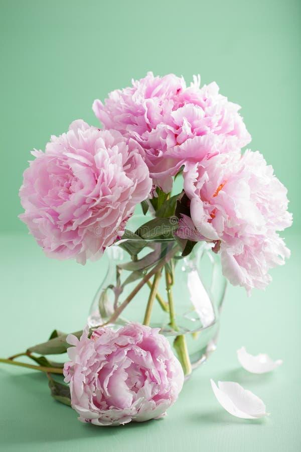 la belle pivoine rose fleurit le bouquet dans le vase photo stock image 59474287. Black Bedroom Furniture Sets. Home Design Ideas