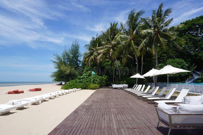 La belle plage avec les meubles extérieurs sur la plate-forme de bois de construction avec le fond de ciel photo libre de droits