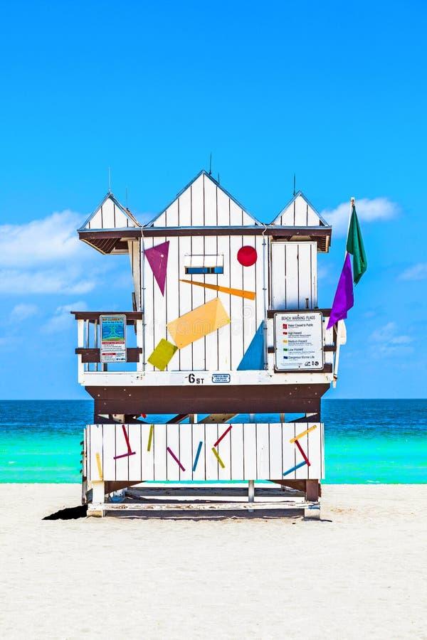 La belle plage du sud à Miami avec le maître nageur célèbre domine dedans images stock