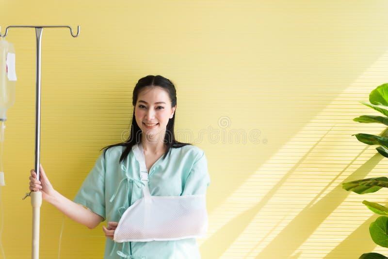 La belle position asiatique de patientes de femmes sur le fond jaune, heureux et souriant, bonne attitude, copient l'espace pour  image libre de droits