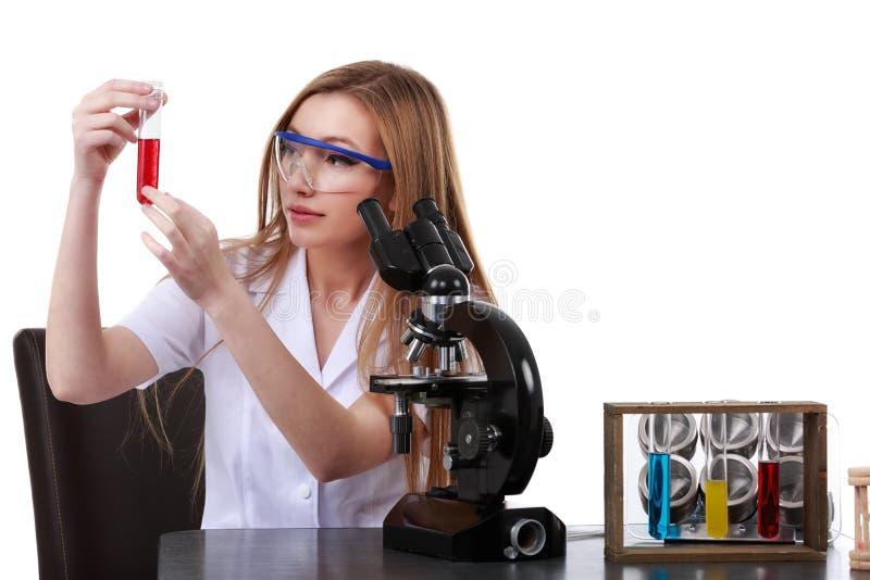 La belle scientifique de femme dans le laboratoire effectuent de diverses opérations photographie stock
