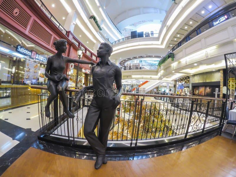 La belle sculpture en garçon et en fille dans un centre commercial de luxe a appelé le ` le ` de promenade chez Ramintra image libre de droits
