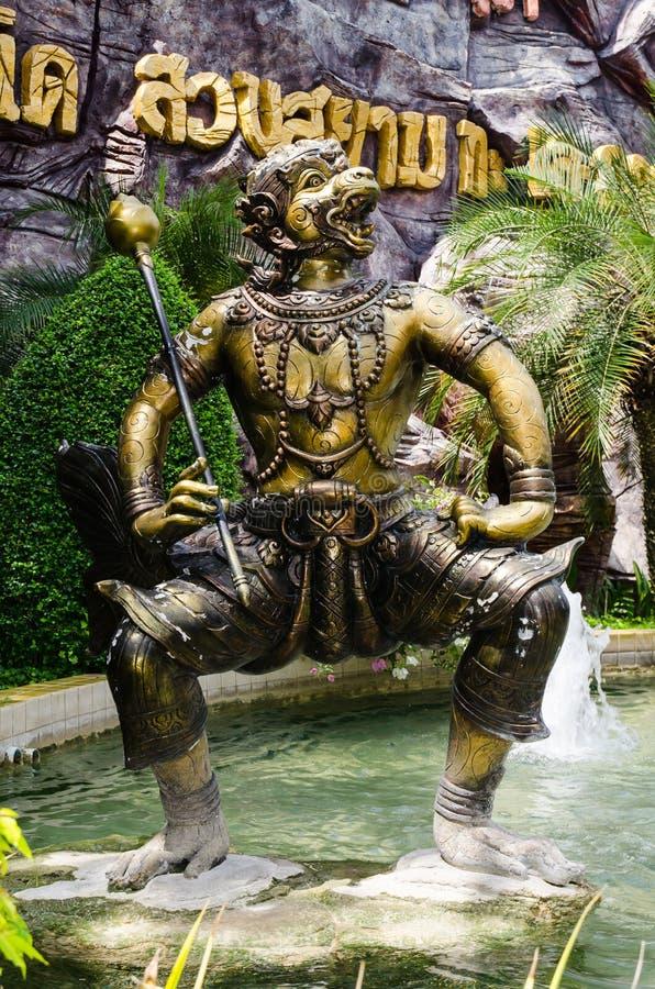 La belle sculpture foncée en or de Gabil Puksa est l'un de caractères de ramayana, chez le Siam Park City photographie stock libre de droits