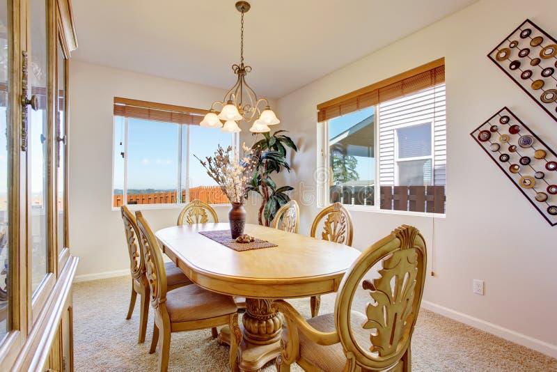 la belle table de salle manger en bois d coup e a plac dans la chambre lumineuse photo stock. Black Bedroom Furniture Sets. Home Design Ideas