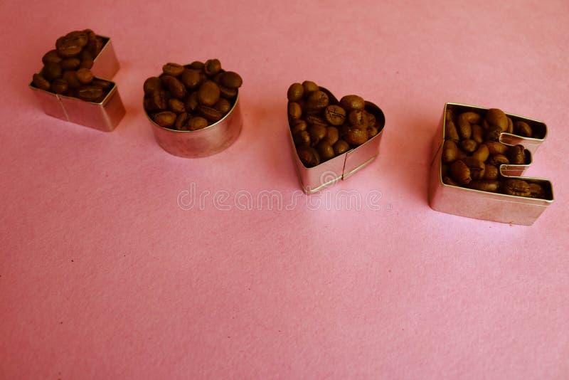La belle texture avec l'amour de mot pour l'inscription du jour de valentine faite à partir de rôtir a choisi l'arabica aromatiqu photo libre de droits