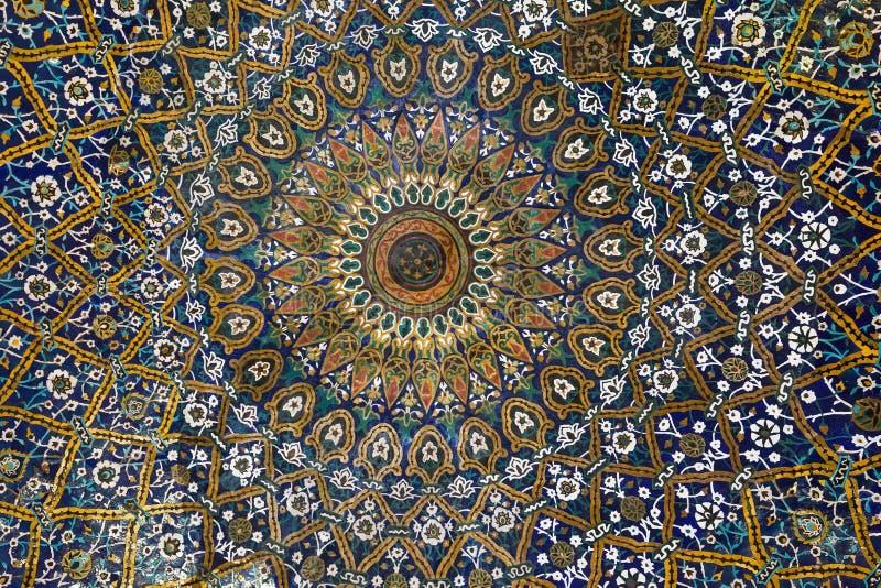 La belle vieille mosaïque de peinture a décoré le dôme de l'école de Khan, Chiraz photos libres de droits