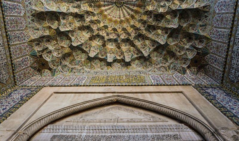La belle vieille mosaïque de peinture a décoré le dôme de la mosquée de Vakil, Chiraz photos stock